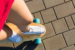 Fille avec la planche à roulettes en bois de longboard Photo stock