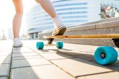 Fille avec la planche à roulettes en bois de longboard Photo libre de droits