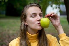Fille avec la pomme photo libre de droits