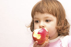Fille avec la pomme Photographie stock libre de droits