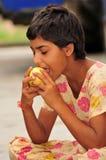 Fille avec la pomme d'or Photographie stock libre de droits