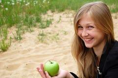 Fille avec la pomme verte Images libres de droits