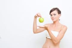 Fille avec la pomme verte. Photos libres de droits