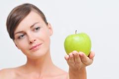 Fille avec la pomme verte. Image stock