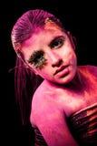 Fille avec la poudre colorée photographie stock libre de droits