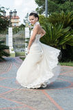 Fille avec la robe blanche qui fait un revirement Image stock