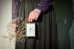 Fille avec la robe de vintage tenant l'horloge Images libres de droits