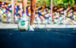 Fille avec la séance d'entraînement de boule sur le stade image stock
