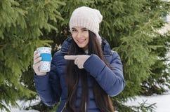 Fille avec la tasse thermo, après-midi givré d'hiver image stock