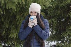 Fille avec la tasse thermo, après-midi givré d'hiver images libres de droits