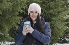 Fille avec la tasse thermo, après-midi givré d'hiver photo stock