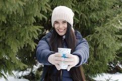 Fille avec la tasse thermo, après-midi givré d'hiver photos stock