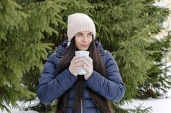 Fille avec la tasse thermo, après-midi givré d'hiver images stock