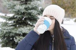 Fille avec la tasse thermo, après-midi givré d'hiver photo libre de droits