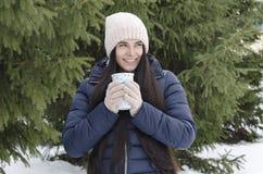 Fille avec la tasse thermo, après-midi givré d'hiver photos libres de droits