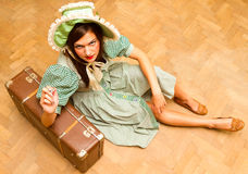 Fille avec la valise dans le rétro style photo stock
