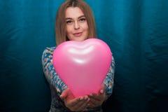 Fille avec le ballon en forme de coeur rose Image libre de droits