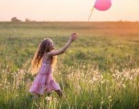 Fille avec le ballon rose extérieur photographie stock libre de droits