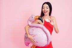 Fille avec le baloon rose de flamant sur le fond rose célébrant femmes jour le 8 mars photographie stock libre de droits