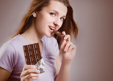 Fille avec le bar de chocolat Images stock