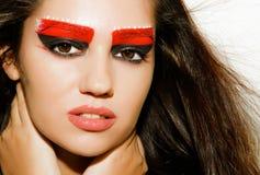 Fille avec le beau maquillage sur un fond clair Photo stock