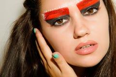 Fille avec le beau maquillage sur un fond clair Photographie stock