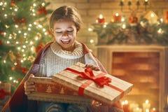 Fille avec le boîte-cadeau actuel Image libre de droits
