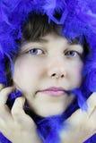 Fille avec le boa bleu Photos stock