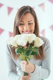 Fille avec le bouquet des roses Image stock