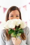 Fille avec le bouquet des roses Photographie stock