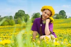 Fille avec le bouquet et la guirlande de pissenlit Images stock