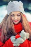 Fille avec le cadeau dans une boîte sous forme de coeur dans sa main Photographie stock libre de droits
