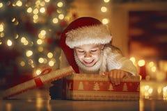 Fille avec le cadeau près de l'arbre de Noël Images stock