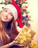 Fille avec le cadre de cadeau de Noël photographie stock libre de droits