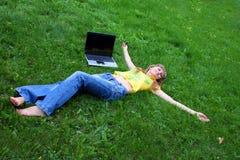 Fille avec le cahier sur l'herbe Photo libre de droits