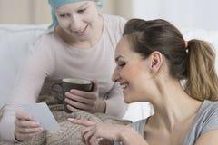 Fille avec le cancer et le travailleur social Images stock