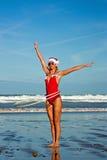 Fille avec le cercle de danse polynésienne sur la plage Photos stock