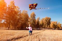 Fille avec le cerf-volant photographie stock