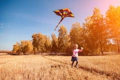 Fille avec le cerf-volant image stock