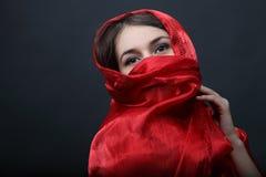 Fille avec le châle rouge Photographie stock libre de droits