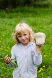 Fille avec le champignon de couche Images libres de droits