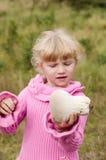 Fille avec le champignon de couche Photos libres de droits