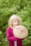 Fille avec le champignon de couche Images stock