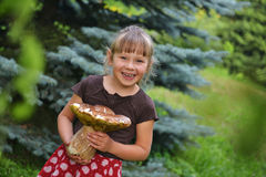 Fille avec le champignon de couche Image libre de droits