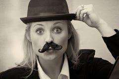 Fille avec le chapeau de moustache et de lanceur image stock