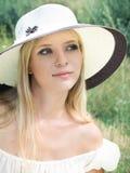 Fille avec le chapeau de paille photographie stock