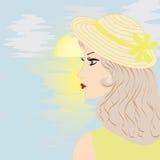 Fille avec le chapeau par la mer et le lever de soleil Images stock