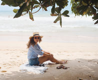 Fille avec le chapeau sur la plage Photo stock