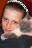 Fille avec le chat image stock