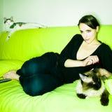 Fille avec le chat Photographie stock libre de droits